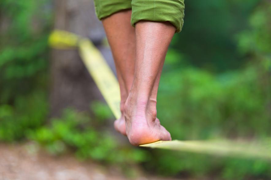 over een koord lopen met blote voeten